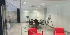 Puertas y separación de vidrio en oficina de Sevilla